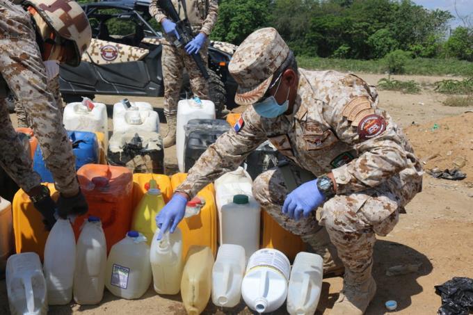 Militares incautan más dos mil litros de clerén en la frontera y los esparce en la tierra