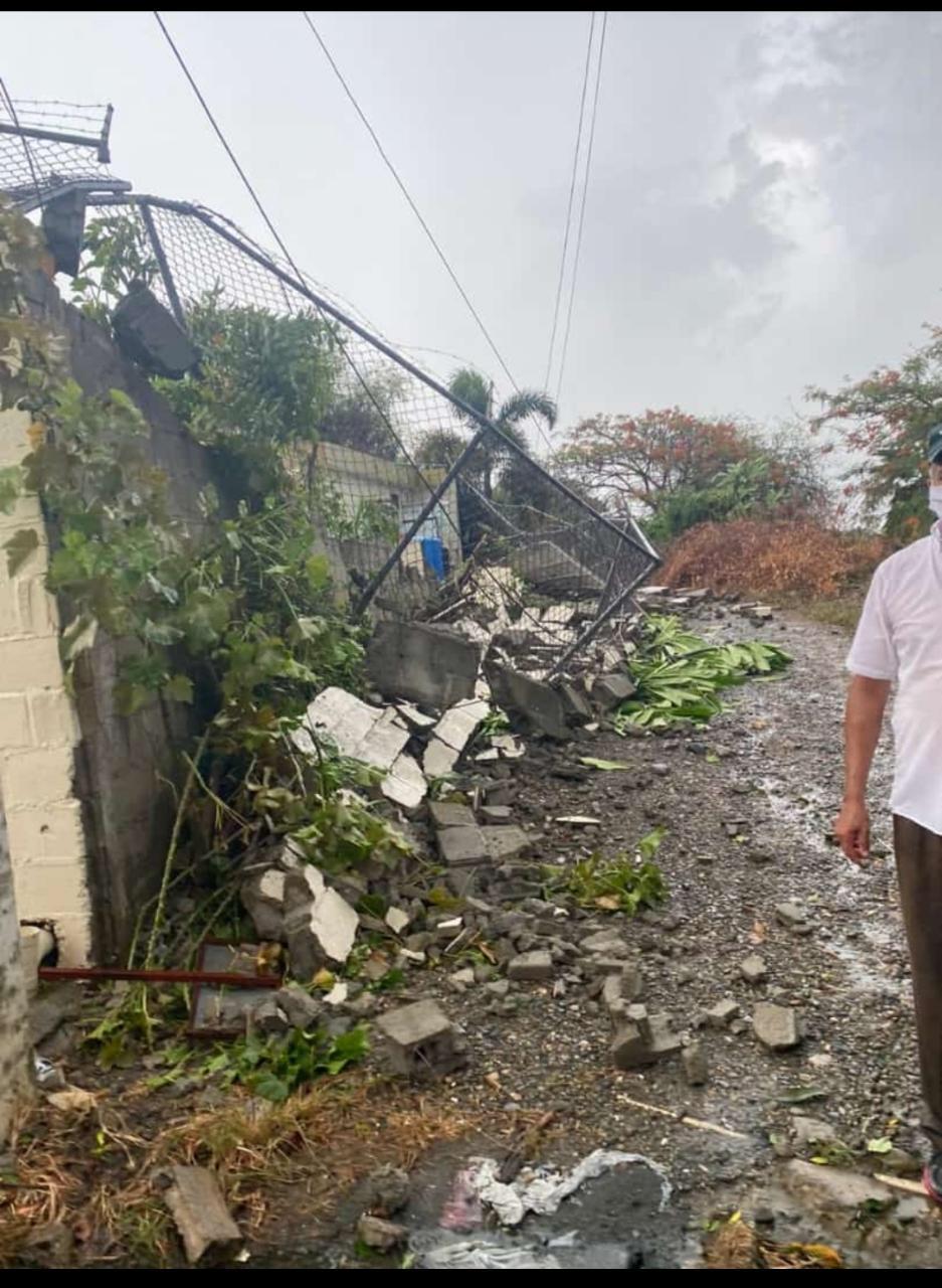 Tornado derriba árboles casa y vehículo en Mao3