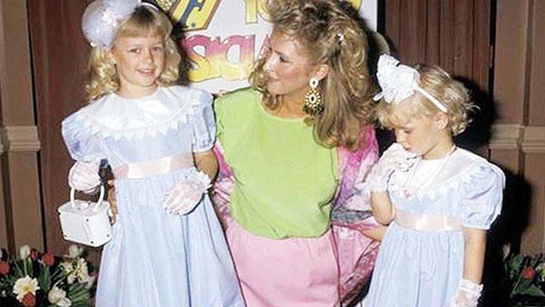 Paris junto a su madre y su hermana Nicki