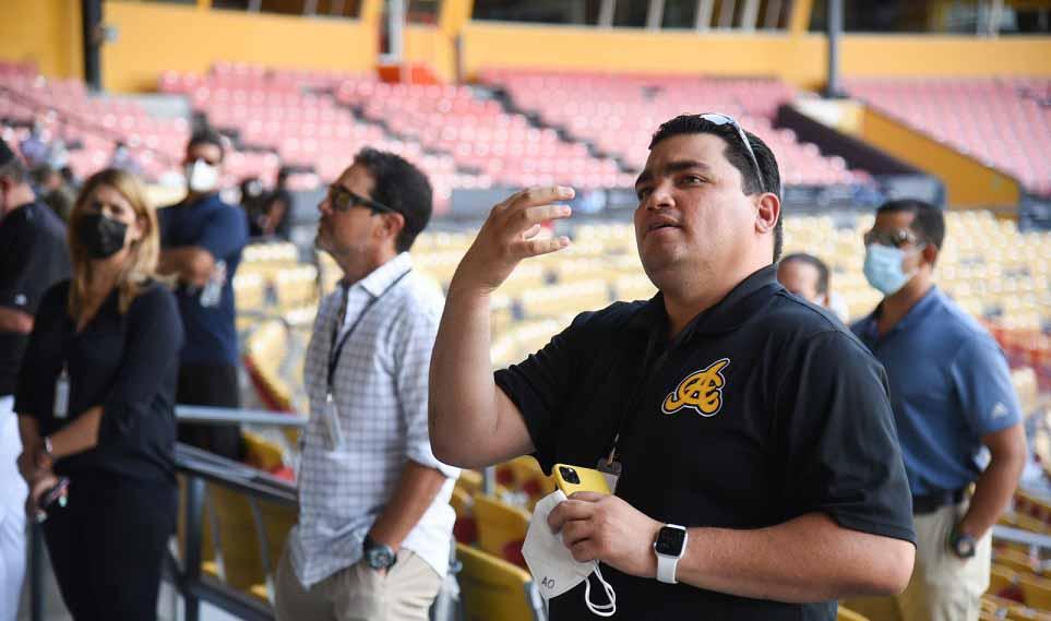Angel Ovalles hablando a los jugadores.