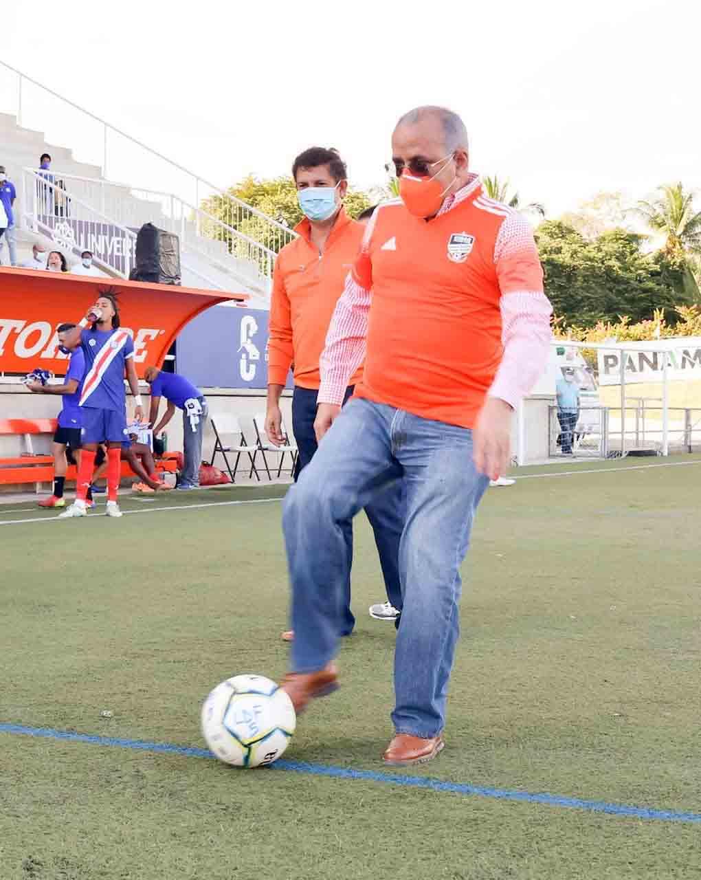 Plutarco Arias hace el saque de honor en la Liga Dominicana de Fútbol