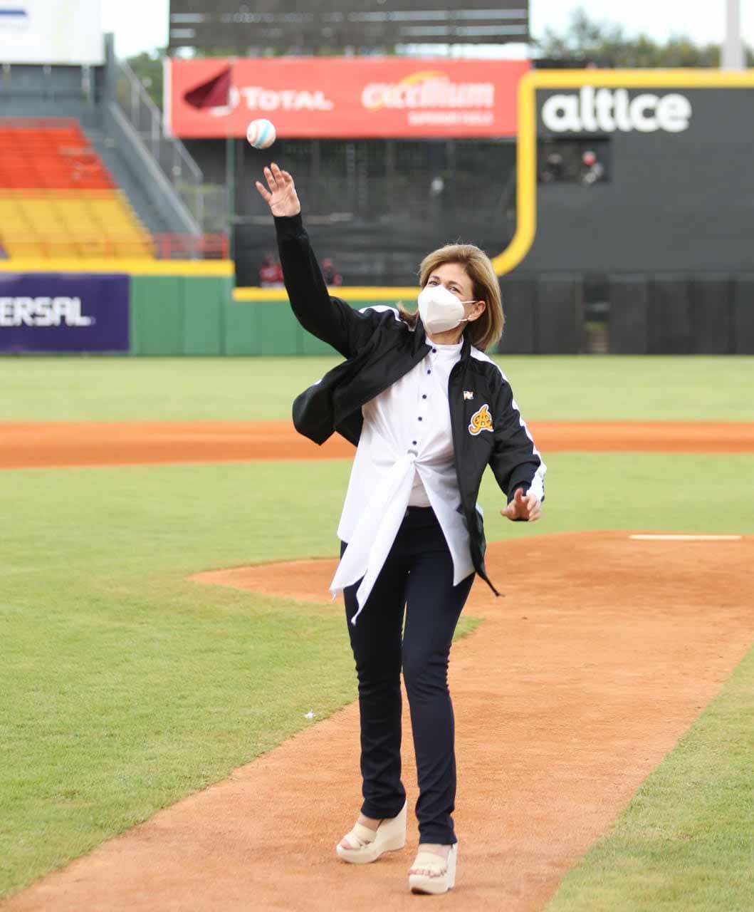 Raquel Peña lanzamiento primera bola