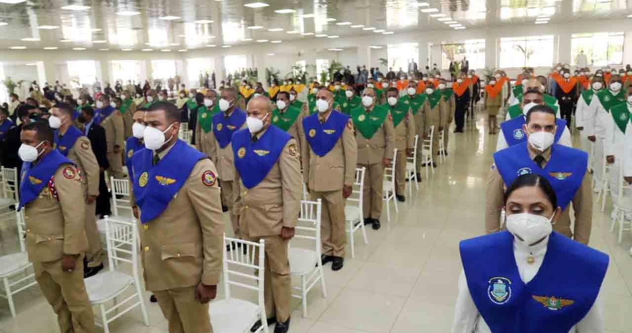Presidente exhorta a militares y policías a trabajar1