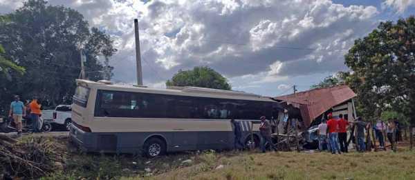 accidente deja 3 heridos entre guagua y jipeta en Santiago Rodriguez