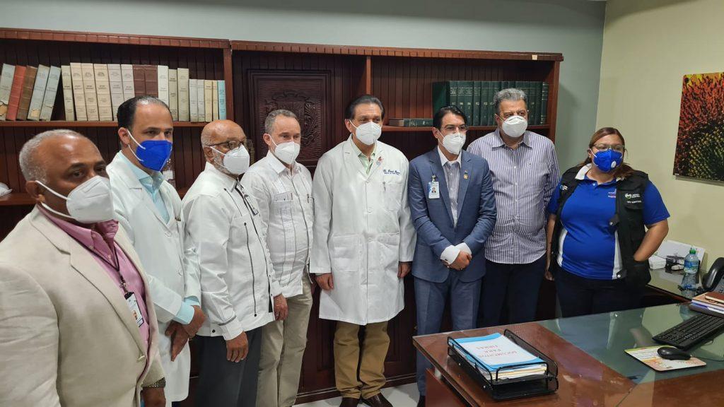 Daniel Rivera Ministro de Salud conversa con los periodistas en el recorrido por el Cabral y Baez en Santiago