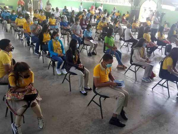 Estudiantes de los distritos educativos de Santiago