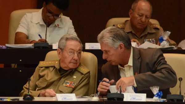 Raul Castro habla con el vicepresidente cubano Miguel Diaz Canel