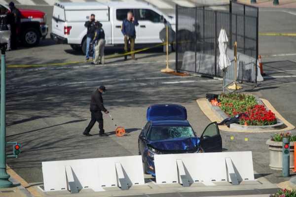auto del atacante estrellado contra la barricada