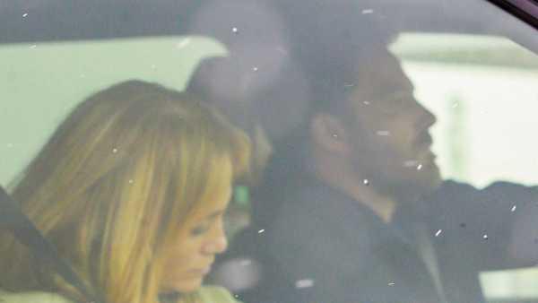 Ben Affleck y Jennifer Lopez en el aeropuerto de Montana tras unas breves vacaciones