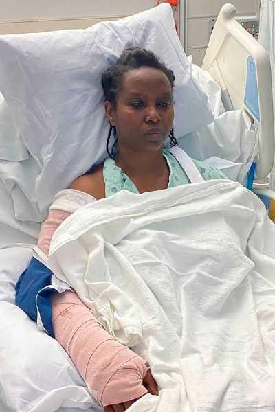 Martine Moise tuiteo dos fotos de ella en su cama de hospital