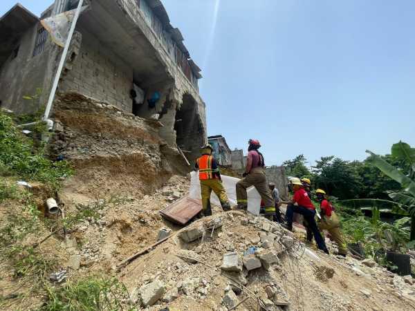 Hombre muere al derrumbarse una casa en la cañada de Guajimia